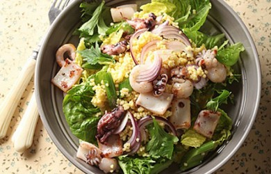 Салат с кальмарами, сельдереем и пшенкой